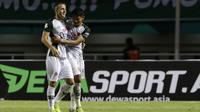 Striker PS Tira, Aleksandra Rakic, merayakan gol yang dicetaknya ke gawang PSMS Medan pada laga Liga 1 di Stadion Pakansari, Jawa Barat, Rabu (5/12). PSMS kalah 2-4 dari PS Tira. (Bola.com/Yoppy Renato)