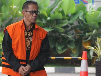 Tersangka Bupati nonaktif Mesuji Khamami tiba untuk menjalani pemeriksaan di Gedung KPK, Jakarta, Selasa (14/5/2019). Khamami diperiksa sebagai tersangka untuk melengkapi berkas terkait kasus suap fee proyek infrastruktur pada Dinas PUPR Pemkab Mesuji. (merdeka.com/Dwi Narwoko)