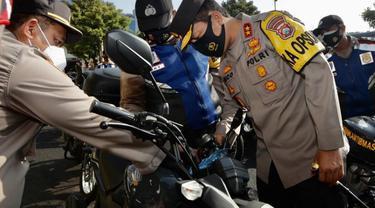 Polda Jatim membagikan 100 motor dinas untuk jajarannya. (Dian Kurniawan/Liputan6.com)