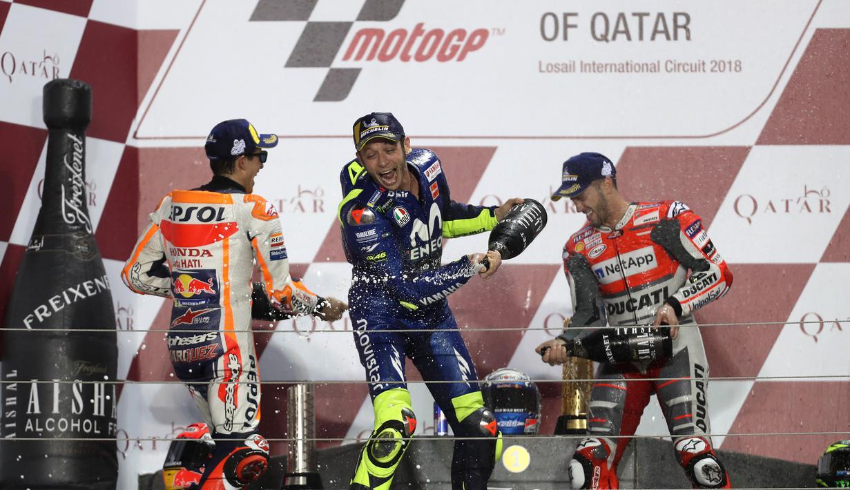 Pebalap Ducati, Andrea Dovizioso bersama Valentino Rossi dan Marc Marquez merayakan podium MotoGP Qatar di Sirkuit Losail, Doha, Minggu (18/3/2018). Dovizioso juara dengan catatan waktu 42 menit 34,654 detik. (AFP/Karim Jaafar)