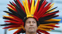 Seorang suporter Belgia memakai topi unik saat pertandingan melawan Panama pada laga Piala Dunia 2018 di Stadion Fisht, Senin (18/6/2018). Belgia menang 3-0 atas Panama. (AP/Matthias Schrader)