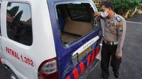 Mobil petugas dirusak saar operasi PPKM di Surabaya. (Dian Kurniawan/Liputan6.com)