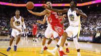 Pebasket Houston, Ryan Anderson #33 mencoba melewati adangan pebasket Warriors, Draymond Green #23 pada laga perdana NBA 2017 di Oracle Arena, Oakland, (17/10/2017).  Rockets menang 122-121.   Rockets menang 122-121. (Ezra Shaw/Getty Images/AFP)