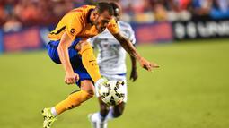 Penyerang Barcelona, Sandro Ramirez mengontrol bola saat pertandingan International Champions Cup 2015 melawan Chelsea di Landover, Maryland, Rabu (29/7/2015). Chelsea menang 4-2 lewat adu penalti, usai bermain imbang 2-2 waktu normal. (AFP/NICHOLAS KAMM)