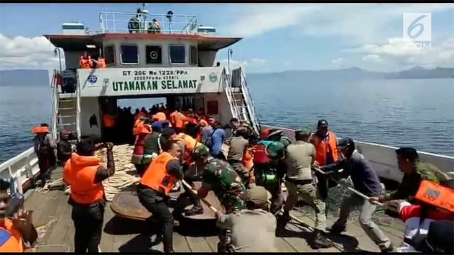 Suasana penarikan jaring trawl yang dilempar ke danau toba untuk mencari KM Sinar Bangun.