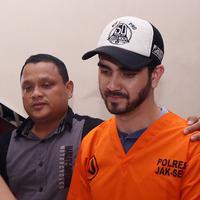 Pemeran Fachri Albar resmi menjadi tersangka dugaan penyalahgunaan narkoba. Anak Ahmad Albar itu ditangkap dikediamannya di kawasan Cirendu Selasa (14/2/2018) pagi. (Deki Prayoga/Bintang.com)