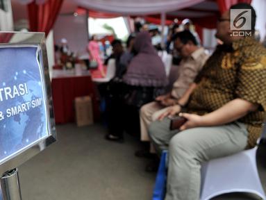 Warga mengisi data diri saat pendaftaran SIM online dan Smart SIM di website Korlantas Polri melalui smartphone, Jakarta, Minggu (22/9/2019). Registrasi SIM online dan Smart SIM yang diluncurkan Korlantas Polri mulai berlaku hari ini.  (merdeka.com/Iqbal S Nugroho)