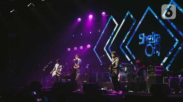 """Penampilan grup band Sheila On 7 dalam konser bertajuk 'A Night with Sheila on 7' di Gandaria City Hall, Jakarta, Kamis (6/12/2019). Dalam penampilannya mereka membawakan berbagai lagu andalan diantaranya lagu"""" Kita"""", """"Dan"""", """"Betapa"""", """"Seberapa Pantas"""" serta """"Sephia"""". (Liputan6.com/Faizal Fanani)"""