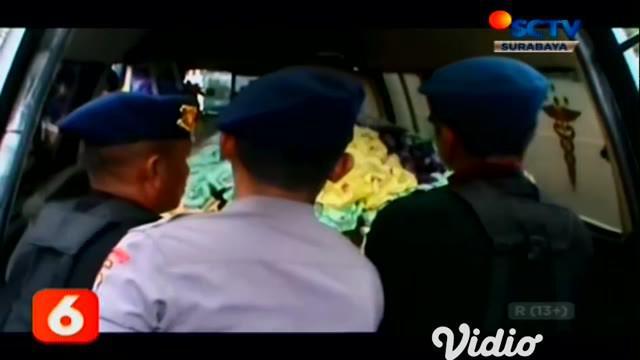 """Jenazah Bharada Doni Priyanto, anggota Brimob yang gugur saat kontak senjata dengan kelompok KKB, akan diterbangkan ke Jakarta. Saat ini, jenazah masih dalam perjalanan ke Timika. """"Jenazah saat ini dalam perjalanan ke Timika,"""" ujar Kapolda Papua."""