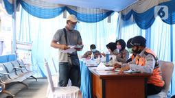 Penumpang yang akan menyeberang dengan kapal ferry menjalani pemeriksaan dokumen di Pelabuhan Merak, Banten, Senin (18/5/2020). Penumpang harus memenuhi sejumlah persyaratan ketat mencakup standar kesehatan dan verifikasi dokumen guna memutus rantai penyebaran COVID-19. (Liputan6.com/Angga Yuniar)