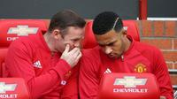 Dua pemain Manchester United Wayne Rooney dan Memphis Depay duduk di bangku cadangan pada laga kontra Stoke City di Old Trafford, Manchester, 2 Oktober 2016. (AFP/Scott Heppell)