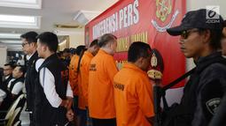 Tersangka dugaan pengaturan skor dihadirkan saat rilis di Polda Metro Jaya, Jakarta, Rabu (10/4). Para tersangka adalah Priyanto alias Mbah Pri, Mansyur Lestaluhu, Nurul Safarid, Tjan Ling Eng alias Johar, Dwi Irianto alias Mbah Putih, dan Anik Yuni Artikasari. (merdeka.com/Imam Buhori)