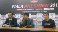 Pelatih Borneo FC, Fabio Lopez dan Asri Akbar usai laga lawan Persija di Piala Presiden 2019, Rabu (5/3). (Switzy Sabandar)