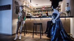 Sejumlah maneken yang mengenakan busana kreasi para desainer lokal terlihat di sebuah restoran di Kota Tua Vilnius, Lithuania, Kamis (21/5/2020). Sejumlah restoran dan kafe di Lithuania memamerkan koleksi busana karya desainer lokal yang terdampak COVID-19. (Xinhua/Alfredas Pliadis)
