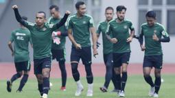 Gelandang Indonesia, Irfan Jaya, melakukan sesi latihan di Stadion Wibawa Mukti, Jawa Barat, Jumat (02/11/2018). Latihan tersebut dalam rangka persiapan jelang laga Piala AFF 2018.  (Bola.com/M Iqbal Ichsan)