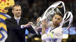 Sergio Ramos - Benteng kokoh milik Real Madrid ini berada di posisi kesembilan sebagai pesepak bola dengan followers Instagram terbanyak yakni dengan 43,2 juta pengikut. (AP/Nick Potts)