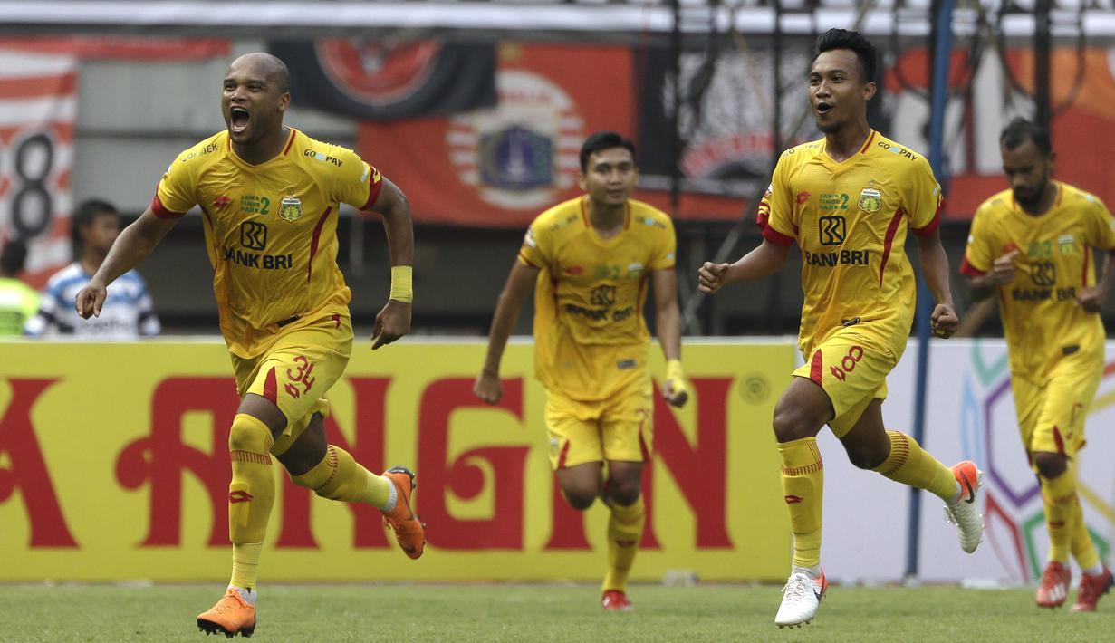 Bek Bhayangkara FC, Anderson Salles, merayakan gol yang dicetaknya ke gawang Persija Jakarta pada laga Shopee Liga 1 di Stadion Patriot Chandrabhaga, Bekasi, Sabtu (10/8). Persija bermain imbang 1-1 atas Bhayangkara. (Bola.com/Yoppy Renato)