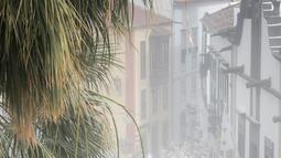Orang-orang yang berselimut bedak ambil bagian dalam karnaval jalanan 'Los Indianos' di Santa Cruz de la Palma, Spanyol, Senin (4/3). 'Los Indianos' atau dikenal dengan festival kaum Indian dan sekarang dikenal dengan pesta putih. (DESIREE MARTIN/AFP)