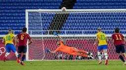 Masuk menit ke-34, Brasil mendapatkan hadiah penalti setelah Matheus Cunha dijatuhkan Unai Simon di kotak terlarang. Richarlison yang maju sebagai algojo gagal menjalankan tugasnya dengan baik. Bola hasil tendangan 12 pas Richarlison melayang jauh di atas mistar gawang. (Foto: AP/Fernando Vergara)