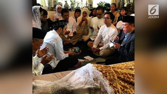 Sepasang pengantin memutuskan menikah di depan jenazah orang tuanya.