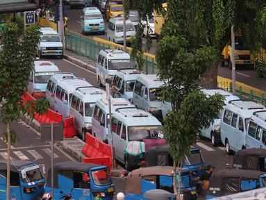 Antrean pengemudi angkot menunggu penumpang di kawasan Stasiun Tanah Abang, Jakarta, Kamis (7/1/2021). Pemerintah akan melakukan pembatasan kapasitas dan operasional transportasi umum seiring diterapkannya kebijakan Pembatasan Kegiatan Masyarakat (PKM) di Jawa dan Bali. (Liputan6.com/Angga Yuniar)