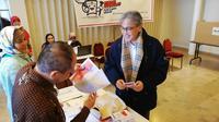 Dubes RI untuk Belgia, Yuri Octavian Thamrin, menggunakan hak suaranya dalam pemillu luar negeri di TPS KBRI Brussels pada Sabtu 13 April 2019. (kredit: KBRI Brussels)