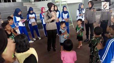 Sejumlah polwan dari Polda Lampung memberikan trauma healing pada anak-anak dan wanita korban tsunami Selat Sunda.