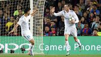 Gelandang Real Madrid, Gareth Bale, merayakan gol yang dicetaknya ke gawang Barcelona, pada laga La Liga Spanyol di Stadion Camp Nou, Barcelona, Minggu (6/5/2018). Kedua klub bermain imbang 2-2. (AFP/Lluis Gene)