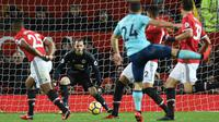 Kiper Manchester United, David de Gea, mengamati bola saat pertandingan melawan AFC Bournemouth pada laga Premier League di Stadion Old Trafford, Rabu(13/12/2017). Manchester United menang 1-0 atas AFC Bournemouth. (AP/Oli Scarff)
