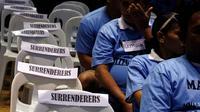 Pecandu narkoba, terutama jenis sabu berbondong-bondong menyerahkan diri dan berjanji tidak mengonsumsi barang haram tersebut lantaran marak teror penembakan misterius, Filipina (18/8). (Reuters/Eric Castro)