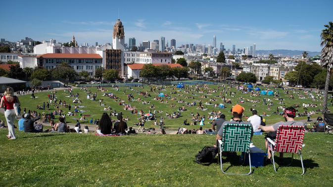 FOTO: Jaga Jarak Saat Bersantai di Taman San Francisco