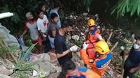 Sejumlah warga dan anggota Polsek Bojonggede mengevakuasi jasad balita di Kali Baru RT5/8, Kelurahan Pabuaran, Bojonggede, Bogor Selasa (29/12/2020). (Liputan6.com/Dicky Agung Prihanto)