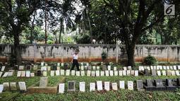 Penjaga melintas di pemakaman hewan peliharaan Pondok Pengayom Satwa Jakarta, Senin (8/4). Lokasi yang didirikan pada tahun 1987 oleh Soeprapti, istri mantan Gubernur DKI Jakarta R Soeprapto berdiri atas lahan seluas lima ribu meter persegi. (Liputan6.com/Fery Pradolo)