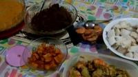 Selain bersilaturahmi, saat Lebaran adalah saatnya makan ketupat.