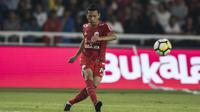 Bek Persija Jakarta, Ismed Sofyan, mengirim umpan saat melawan Bhayangkara FC pada laga Liga 1 di SUGBK, Jakarta, Jumat (23/3/2018). Kedua klub bermain imbang 0-0. (Bola.com/Vitalis Yogi Trisna)