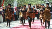 Mahasiswa Unija Sedang Memperingati Hari Batik Nasional Dengan Memperagakan Batik Khas Daerah Sumenep (Liputan6.com/Mohamad Fahrul).