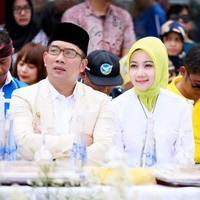 Butuh ide buat tampil modis dengan hijab? Anda bisa mencontek gaya Atalia Praratya, istri dari Wali Kota Bandung Ridwan Kamil nih. (Foto: Instagram)