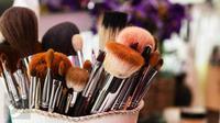 Wujudkan riasan dramatis dengan aksen glitter di malam tahun baru dengan tips makeup berikut ini.