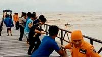 Tim SAR Gabungan mengevakuasi dua nelayan dan perahu yang terdampar di Dermaga OW Pantai Widuri Pemalang. (Foto: Liputan6.com/Muhamad Ridlo)