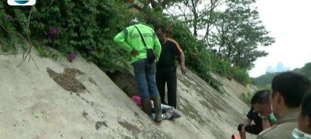 Jasad pria tanpa identitas ditemukan telah membusuk di gorong-gorong kali Ciliwung. Petugas dan warga kesulitan mengevakuasi jasad tersebut.