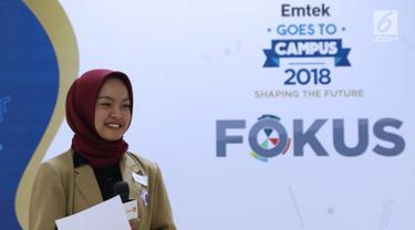 Peserta audisi lomba news presenter Emtek Goes to Campus 2018 menyimak arahan tim juri di Gedung 4 Universitas Padjajdaran, Bandung, Selasa (4/12). EGTC Bandung 2018 berlangsung hingga 6 Desember dan diisi beragam materi. (Liputan6.com/Helmi Fithriansyah)