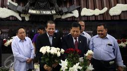 Ketua DPR Setya Novanto dan Wakil Ketua DPR Taufik Kurniawan ikut membantu persiapan menyambut kedatangan Raja Salman di ruang Rapat Paripurna I, Kompleks Parlemen, Jakarta, Rabu (1/3). (Liputan6.com/Johan Tallo)