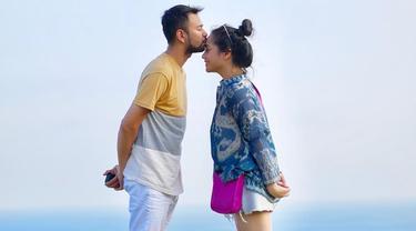 Potret Raffi di foto Instagram yang terlihat mesra dengan sang istri pun membuat netizen gemas. Bahkan tak sedikit teman-teman selebritis yang turut meninggalkan komentar pada foto tersebut. (Liputan6.com/IG/@raffinagita1717)