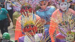 Ondel-ondel memeriahkan karnaval ulang tahun Kota Tangerang Selatan ke-10 di Ciputat, Tangerang Selatan, Minggu (11/11). Karnaval tersebut diikuti lebih dari seratus ondel - ondel se-kecamatan di Kota Tangerang Selatan. (Merdeka.com/Arie Basuki)