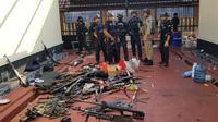 Tumpukan senjata yang digunakan narapidana terorisme pascakerusuhan di Rutan Cabang Salemba Mako Brimob, Depok, Kamis (10/5). Para napi teroris menyerahkan diri, termasuk menyerahkan 30 pucuk senjata api yang direbut dari petugas. (Liputan6.com/HO/Polri)