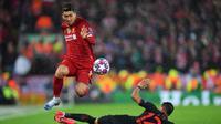 Striker Liverpool, Firmino lewati adangan pemain Atletico Madrid. (Twitter/Liverpool)