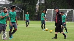 Pelatih Timnas Indonesia, Alfred Riedl (kanan) memberi arahan saat latihan di SPH Karawaci, Tangerang, Selasa (15/11). Jelang berlaga di Piala AFF 2016, Timnas Indonesia fokus berlatih tendangan bola mati. (Liputan6.com/Helmi Fithriansyah)