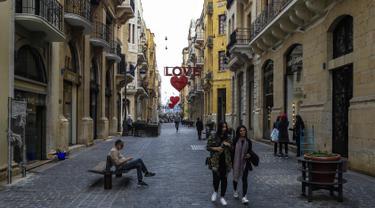 Warga beraktivitas di sebuah jalan yang di dekorasi simbol hati di pusat ibukota Lebanon, Beirut (8/2). Kota tersebut bersiap untuk merayakan Hari Valentine pada 14 Februari. (AFP Photo/Joseph Eid)