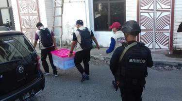 Penyidik Tipikor Dit Reskrimsus Polda Sulsel saat menggeledah salah satu kantor pemerintahan di Sulsel (Liputan6.com/ Eka Hakim)