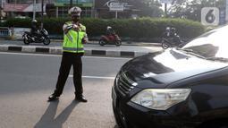 Polisi menghentikan mobil saat pemberlakuan ganjil genap di kawasan Fatmawati, Jakarta, Senin (25/10/2021). Sistem ganjil genap di DKI Jakarta berlaku pada hari Senin hingga Jumat pada pukul 06.00-10.00 WIB dan 16.00-20.00 WIB. (Liputan6.com/Herman Zakharia)